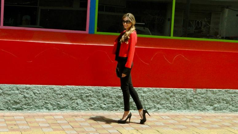 Este es un look todo negro, sin embargo la chaqueta roja le da un toque especial. En este estilo de chaqueta podemos ver la influencia flamenca que tuvo la colección. Es una prenda que puede cambiar tu outfit por completo, ya que le puede dar color o le puede brindar un poco más de elegancia.